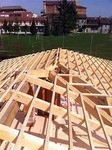 tetto a padiglione in legno foto costruzione di un tetto a padiglione di edil trovato