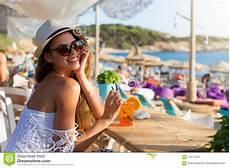 donne sulla spiaggia donna bionda in una barra della spiaggia sulla sua vacanza