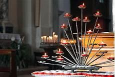 candele chiesa chiesa con i candelabri e le candele accese durante le