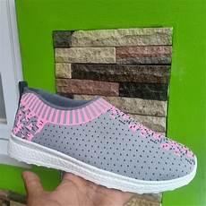 wanita melakukan senam di rumah jual sepatu spatu slip on slipon sablon casual santali