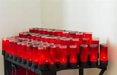 candele chiesa candele rosse della chiesa cattolica fotografia stock