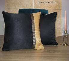 cuscini per divani moderni cuscino arredo divano moderno e glam bicolore nero e oro