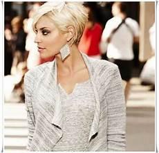 kurzhaarfrisuren asymmetrisch blond haare stehen hinten ab