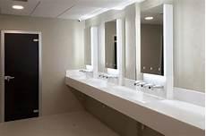 bagni in corian pareti in hpl e vetro lavabi in corian e sistemi per