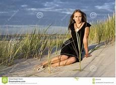 donne sulla spiaggia donne sulla spiaggia fotografia stock immagine di caldo