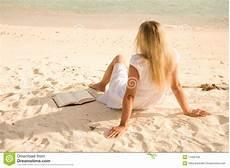 donne sulla spiaggia fotografia stock immagine di seduta