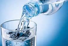 quanti bicchieri d acqua al giorno abbiamo davvero bisogno di otto bicchieri d acqua al giorno