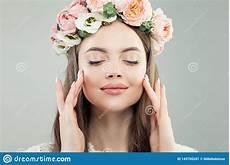 naturlig makeup gullig modell naturlig makeup och blommor