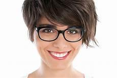 kurzhaarfrisuren ovales gesicht mit brille welche brille passt zu meinen haaren finden sie es heraus