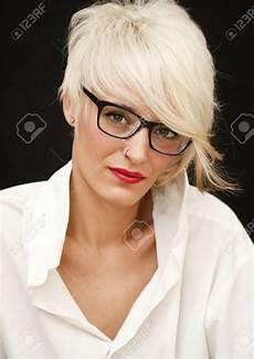 kurzhaarfrisuren damen blond mit brille kurzhaaschnitte f 252 r menschen mit brille kurzhaarfrisuren