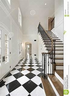 pavimenti a scacchiera atrio con il pavimento della scacchiera fotografia stock