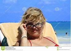 donne sulla spiaggia donne sulla spiaggia immagine stock immagine di godere