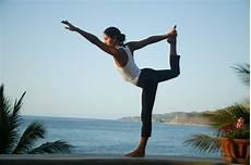 dekle ki doma dela jogo joga za sprostitev