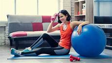 wanita melakukan olahraga di rumah 5 peralatan untuk wanita supaya bisa olahraga di rumah