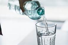 quanti bicchieri d acqua al giorno 8 motivi per bere 8 bicchieri d acqua al giorno salute e
