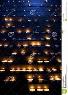 candele chiesa candele in una chiesa immagine stock immagine di ustione
