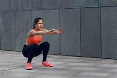 wanita melakukan olahraga di rumah 5 gerakan olahraga yang bisa dilakukan para wanita di