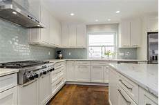 pictures of kitchen backsplashes with granite countertops river white granite white cabinets backsplash ideas