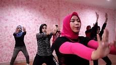 wanita melakukan senam di rumah 15 manfaat senam aerobik bagi wanita