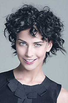 kurzhaarfrisuren mit locken frauen kurze locken frisuren damen