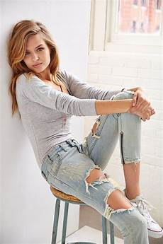 Light Ripped Jean Outfits 30 Ripped Jeans Outfit That Ll Make You Want To Wear Every
