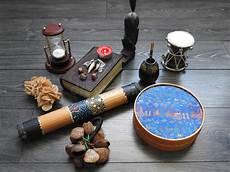 candele e magia rituale di magia nera con il pentagramma e le candele nere