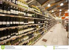 scaffali per bottiglie di scaffali di negozio dell italiano delle bottiglie di