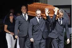 mario balotelli 232 il padre raiola a fianco di balotelli per i funerali padre