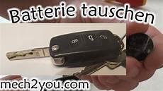 Batterie Wechseln Werkzeugteiliges by Batterie Vom Autoschl 252 Ssel Tauschen Wechseln Skoda Vw