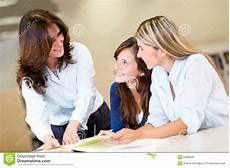 libreria donne donne studiano alla libreria immagine stock immagine