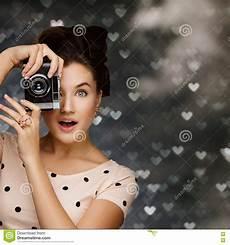 retro fotografering retro kameraflicka fotografering f 246 r bildbyr 229 er bild av