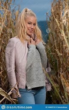 mulher estilo outono foto de moda no estilo de uma mulher loira fofa no