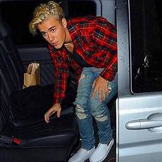 Justin Bieber Light Blue Jeans Red Flannel Blue Jeans White Sneakers Moda Ropa