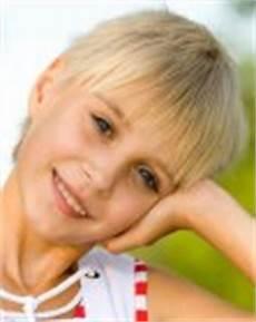 kurzhaarfrisuren mädchen kleinkind between earlobe and chin bob with bangs for