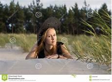 donne sulla spiaggia donne sulla spiaggia immagine stock immagine di paesaggio