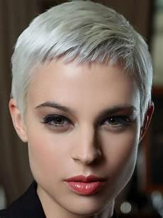 kurzhaarfrisuren frauen glattes haar graue glatte haare damen friseur