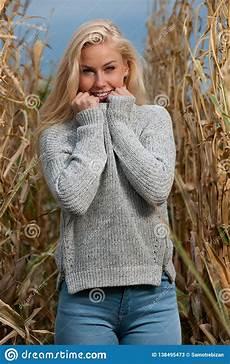 mulher estilo outono foto da forma do estilo do blogue da mulher loura bonito