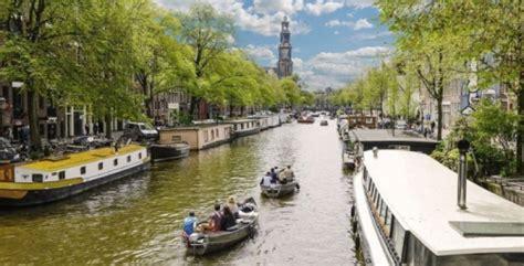bootje amsterdamse grachten bootje huren en zelf varen door de grachten van amsterdam