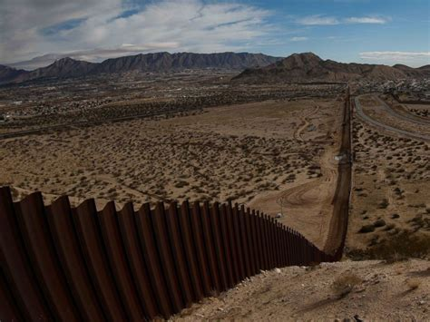 pictures of the mexico border nearly 700 miles of fencing at the us mexico border