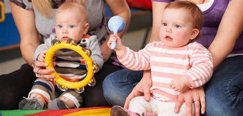 wann baby zufüttern ab wann d 252 rfen babys sitzen