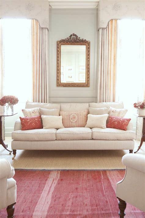 Superbe Gros Coussin Pour Canape #1: 1-gros-coussin-gifi-blanc-pour-avoir-le-meilleur-salon-canape-aux-rayures-dans-le-salon-moderne.jpg