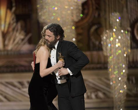 brie larson casey affleck brie larson made casey face presenting to affleck at the 2017 oscars