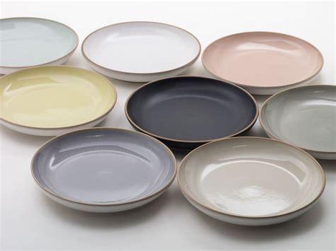 servizi da tavola moderni servizio piatti colorati casalinghi
