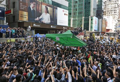 Pro Di Hongkong scontri nel quartiere di mong kok a hong kong tra polizia e manifestanti pro democrazia foto