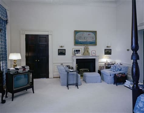 kn c21506 first lady jacqueline kennedy s bedroom white white house rooms red room president s bedroom sitting