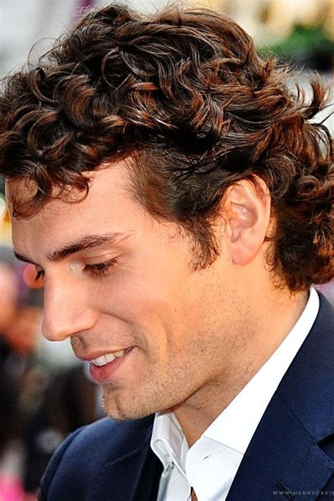 henry cavill hairstyle henry cavill i wanna put my fingers in that curly hair