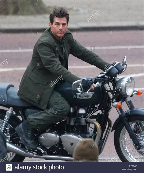 Triumph Motorrad Film by Tom Cruise Rides On Triumph Stockfotos Tom Cruise Rides