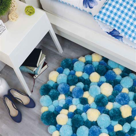 teppich selber machen pompom teppich in verschiedenen blaut 246 nen selber machen