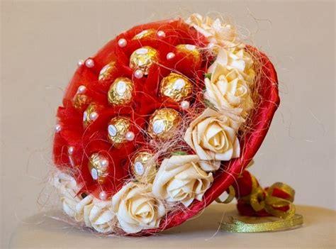 Подарки с конфет к 8 марта своими руками