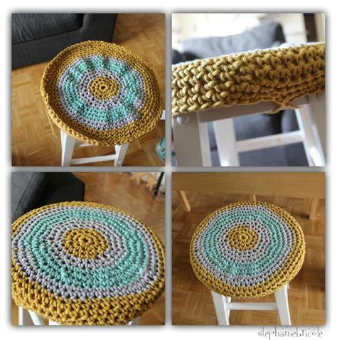 Dessus De Tabouret by Deco Tricot Crochet Un Dessus De Tabouret Et Un Coussin